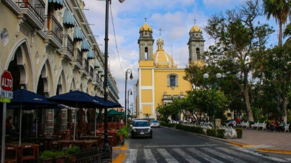ZONA-ARQUEOLOGICA-Y-CENTRO-HISTORICO-NOCTURNO-EN-COLIMA